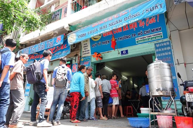 Sinh viên xếp hàng ăn cơm từ thiện: Uống trà sữa 70 nghìn bị chửi, giờ ăn cơm 2 nghìn cũng bị chửi - Ảnh 4.