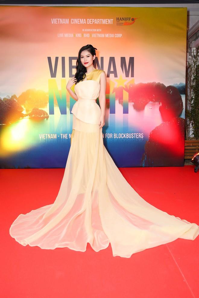 Ngọc Thanh Tâm gây chú ý khi làm MC song ngữ tại LHP phim Cannes 2017 - Ảnh 6.
