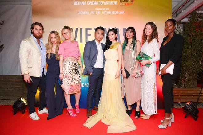 Ngọc Thanh Tâm gây chú ý khi làm MC song ngữ tại LHP phim Cannes 2017 - Ảnh 7.