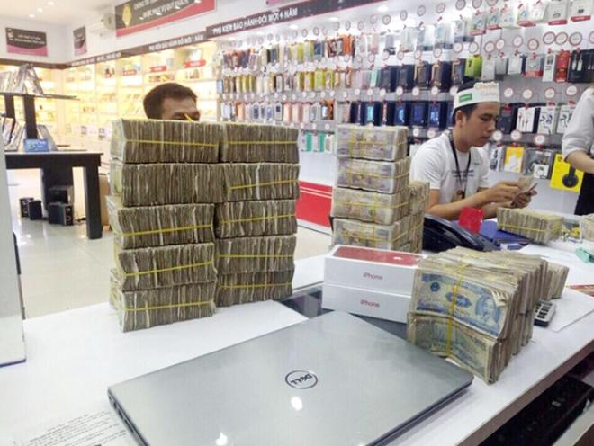 Nam khách hàng mang gần 50 triệu đồng tiền lẻ đi mua Iphone 7 Red - Ảnh 1.