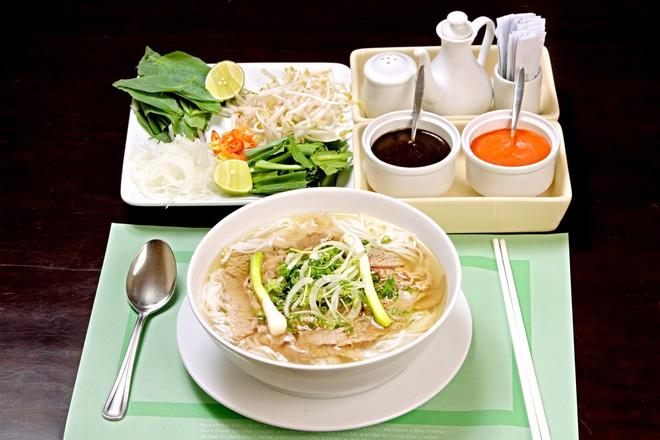 Chuyên gia dinh dưỡng Mỹ chỉ cách ăn phở tốt cho sức khỏe: Nhiều người Việt cũng chưa biết - Ảnh 2.