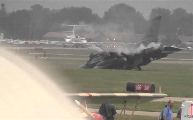 Chiến đấu cơ F-16 mang vũ khí bốc cháy khi cất cánh, căn cứ Mỹ sơ tán khẩn cấp