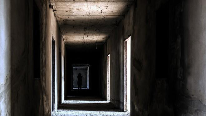 Trổ tài Conan: Giải mã dãy số bí ẩn xuất hiện mỗi đêm trên cánh cửa phòng của cô gái trẻ - Ảnh 1.