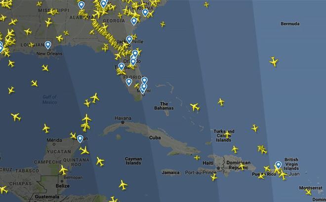 """Hàng """"đàn"""" máy bay nối đuôi nhau trên bầu trời Florida, người dân lũ lượt tránh bão Irma"""