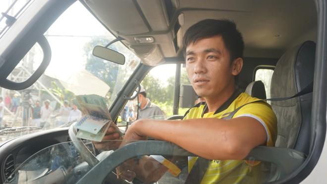 Cẩu xe của tài xế dùng tiền lẻ qua BOT Cai Lậy vì không chịu ra trạm riêng để trả tiền vé - Ảnh 3.