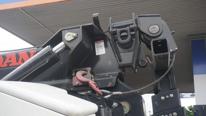 Siêu xe cứu hộ nằm im tại trạm thu phí BOT Cai Lậy 2 ngày nay gây tò mò - Ảnh 3.