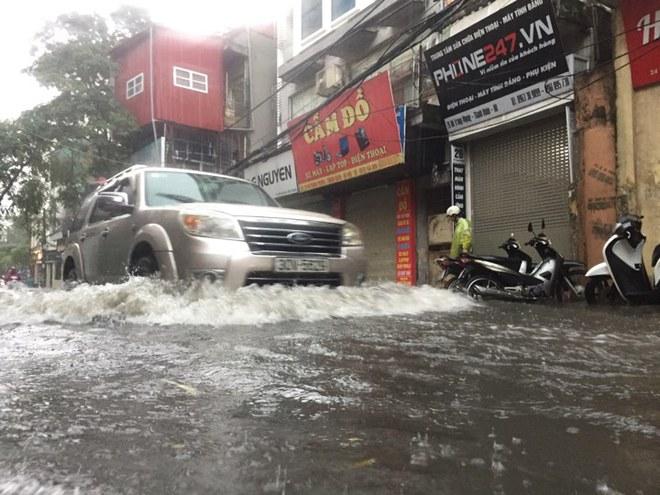 Mưa lớn ở Hà Nội do ảnh hưởng Bão số 2