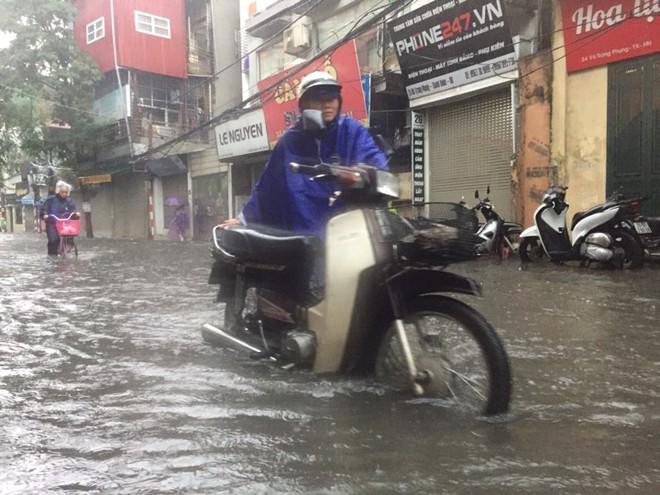 Hà Nội: Mưa lớn ảnh hưởng bão số 2, nhiều tuyến đường biến thành sông - Ảnh 9.