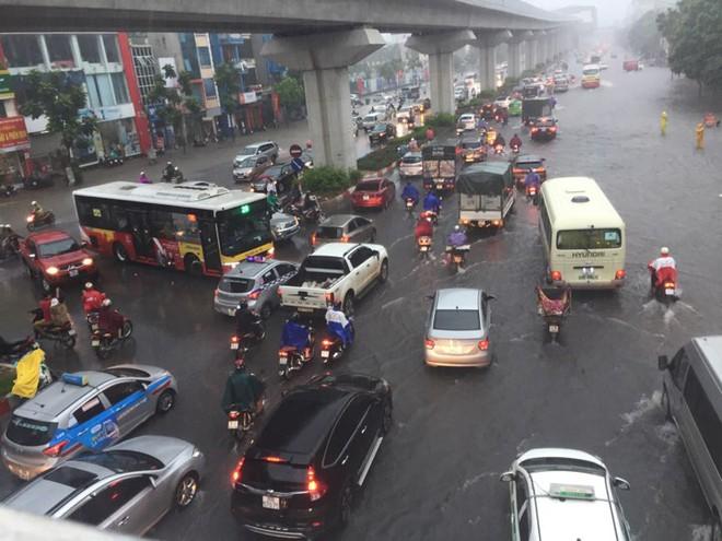 Hà Nội: Mưa lớn ảnh hưởng bão số 2, nhiều tuyến đường biến thành sông - Ảnh 11.