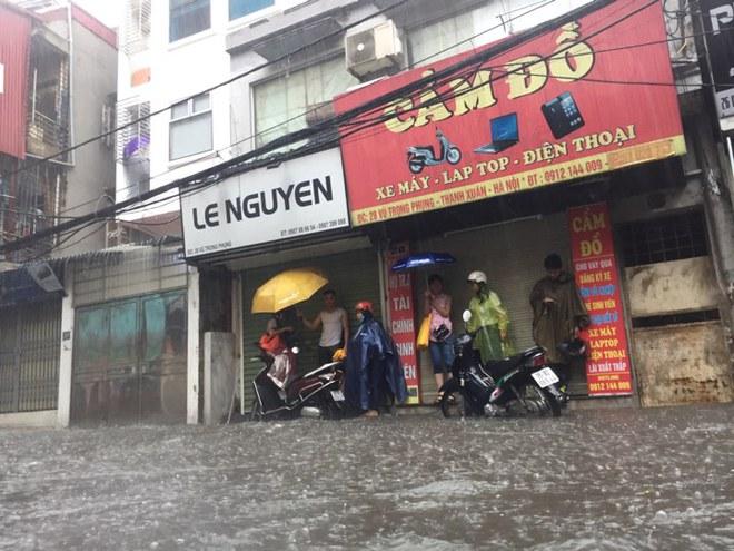 Hà Nội: Mưa lớn ảnh hưởng bão số 2, nhiều tuyến đường biến thành sông - Ảnh 15.