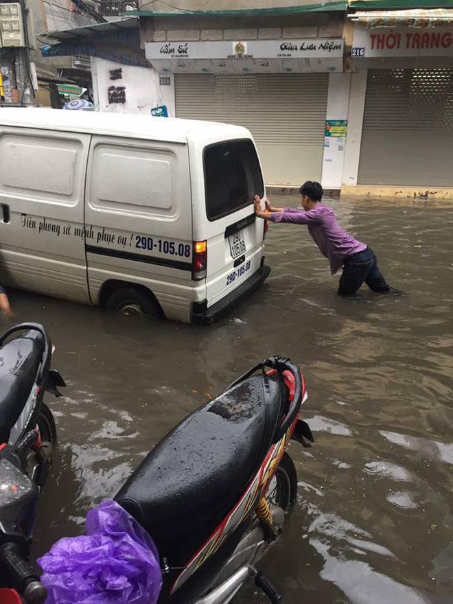 Hà Nội: Hàng loạt phương tiện chết máy trong mưa lớn - Ảnh 6.