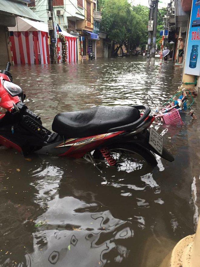 Hà Nội: Hàng loạt phương tiện chết máy trong mưa lớn - Ảnh 5.