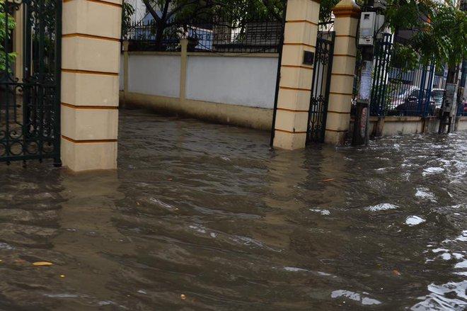 Dân Thủ đô chật vật vượt qua biển nước trong mưa lớn sáng nay - Ảnh 10.