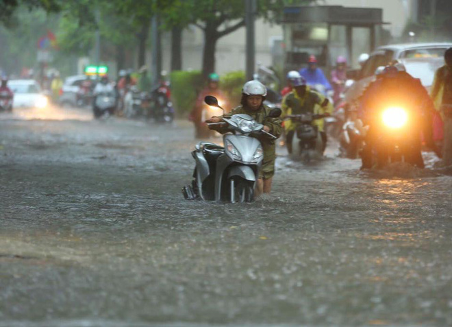 Dân Thủ đô chật vật vượt qua biển nước trong mưa lớn sáng nay - Ảnh 11.