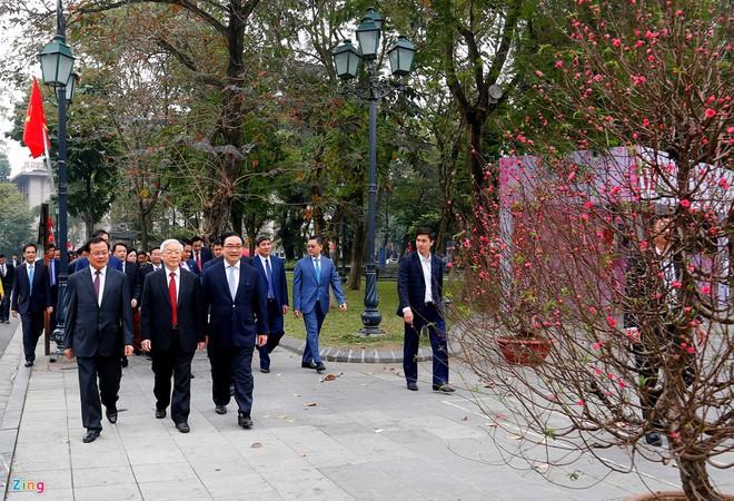 TIN TỐT LÀNH MÙNG 1 TẾT: 900 du khách xông đất Đà Nẵng, Tổng Bí thư bách bộ quanh Hồ Gươm - Ảnh 1.