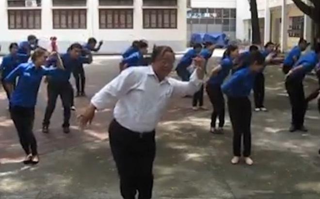 """Thầy giáo U60 và điệu múa """"Đàn gà con"""" khiến dân mạng rần rần chia sẻ"""