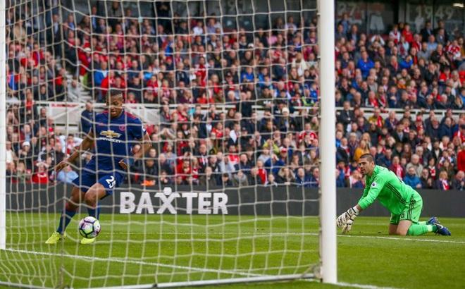 """""""Người cũ"""" trượt chân biếu bàn thắng, Mourinho nhảy cẫng lên ăn mừng"""