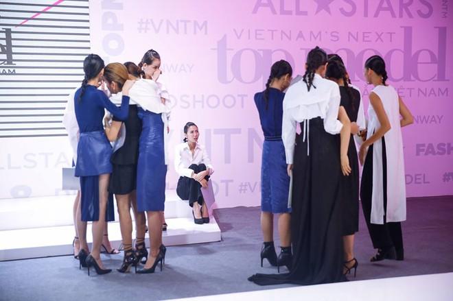 Lộ nhược điểm cơ thể khi chụp với trăn, Thùy Trâm bị loại khỏi Vietnams Next Top Model - Ảnh 8.