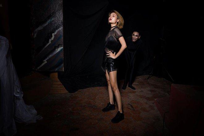 Lộ nhược điểm cơ thể khi chụp với trăn, Thùy Trâm bị loại khỏi Vietnams Next Top Model - Ảnh 2.