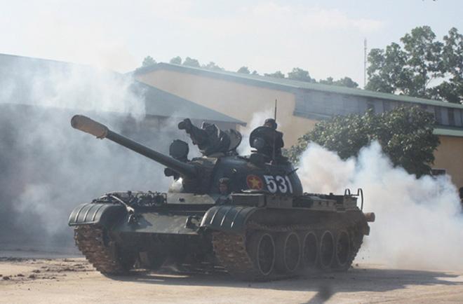 Xe tăng Việt Nam ẩn mình trong cát: Gió to thêm tý nữa, có khi sau một đêm lấp mất xe! - Ảnh 2.