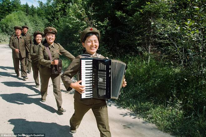 Nhiếp ảnh gia người Đức công bố những bức ảnh đáng ra đã bị xóa bỏ về Triều Tiên - Ảnh 5.