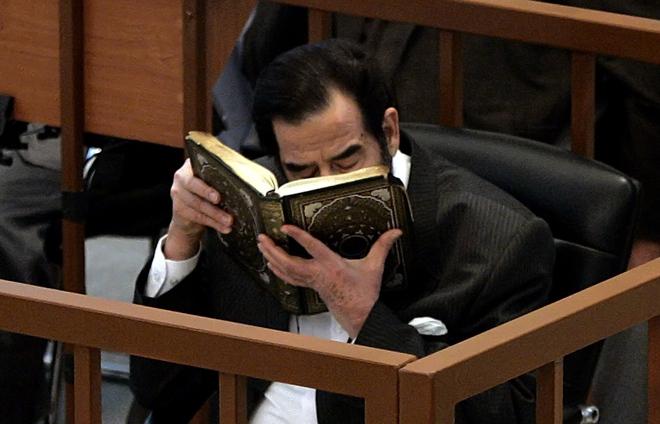 Những giây phút cuối cùng của Saddam Hussein trước khi bước lên giá treo cổ - Ảnh 3.