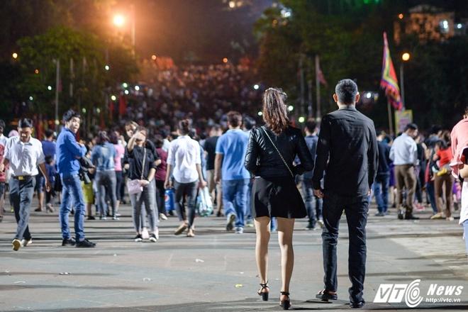 Lễ hội Đền Hùng 2017: Bất chấp cảnh báo, thiếu nữ váy ngắn vẫn hồn nhiên tung tăng - Ảnh 1.