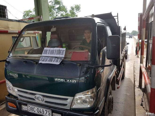 Hà Tĩnh: Hàng trăm phương tiện tập trung tại Cầu Rác yêu cầu miễn phí BOT - Ảnh 1.
