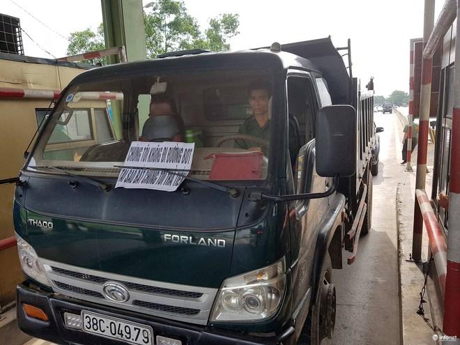 Hà Tĩnh: Hàng trăm phương tiện tập trung tại Cầu Rác yêu cầu miễn phí BOT - Ảnh 2.