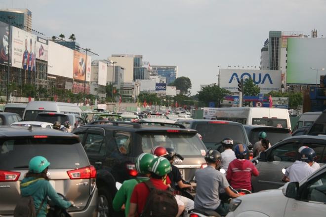 Kẹt xe, hành khách chạy thục mạng vào sân bay Tân Sơn Nhất - Ảnh 1.
