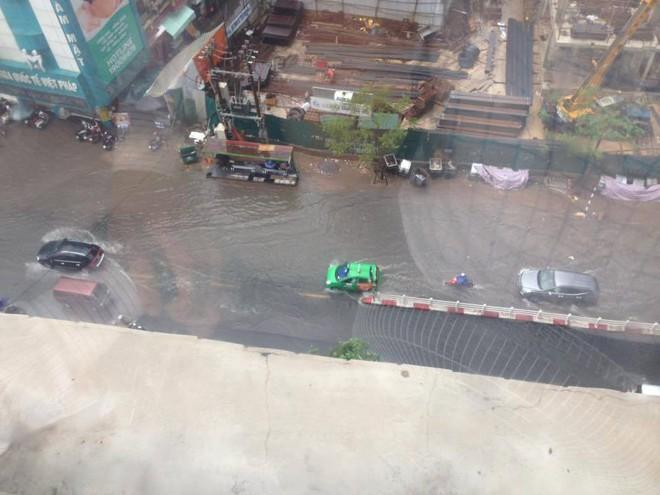 Mưa lớn đầu mùa, phố Hà Nội ngập sâu, giao thông ùn tắc - Ảnh 1.