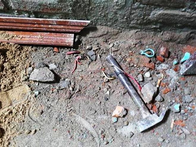 Sửa nhà trong huyện ủy, 3 người bị điện giật thương vong - Ảnh 1.