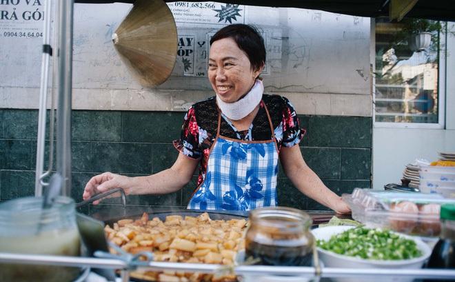 Chiều Sài Gòn lộng gió, ghé hẻm Cheo Leo ăn dĩa bột chiên giản dị mà gây nhớ gây thương suốt 43 năm