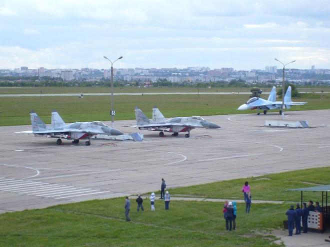Nga tăng tốc bàn giao tiêm kích Su-30SM mới và điều chuyển lực lượng MiG-29SMT - Ảnh 2.