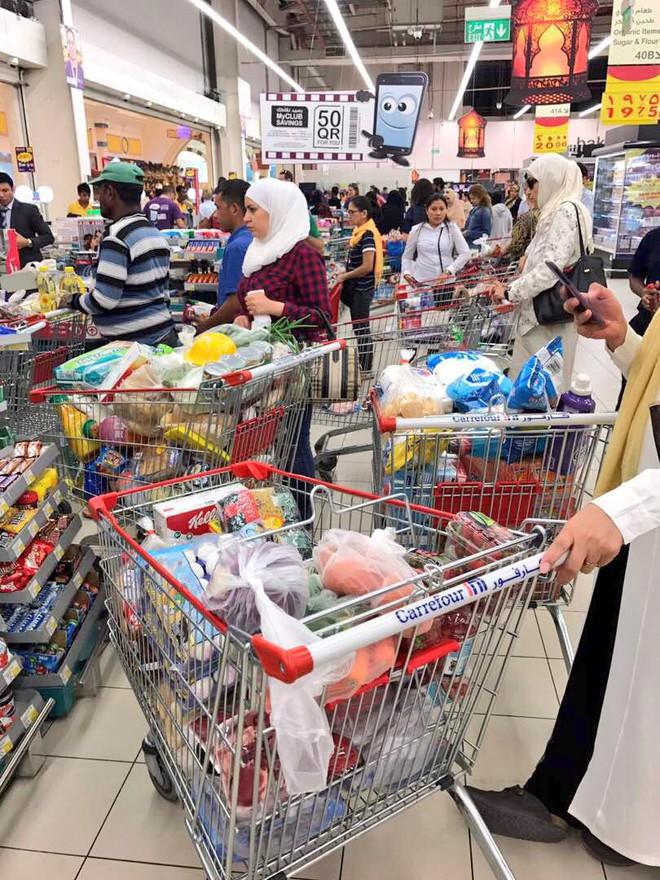 """Người dân Qatar """"dọn sạch"""" lương thực trong siêu thị khi bị Ả Rập tẩy chay - Ảnh 1."""
