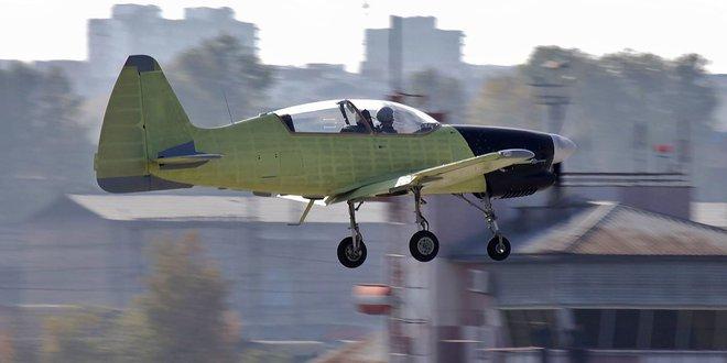 Chính thức: Yak-152 đào tạo phi công quân sự đã sơn và mang phù hiệu, chuẩn bị thay Yak-52 - Ảnh 1.