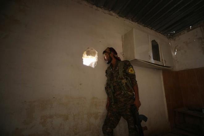 Hình ảnh các lực lượng Syria rầm rộ tiến về thủ phủ IS ở Raqqa - Ảnh 12.