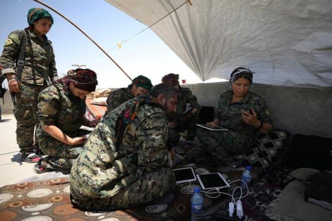 Hình ảnh các lực lượng Syria rầm rộ tiến về thủ phủ IS ở Raqqa - Ảnh 6.