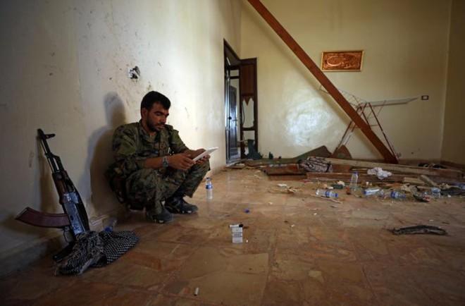 Hình ảnh các lực lượng Syria rầm rộ tiến về thủ phủ IS ở Raqqa - Ảnh 11.