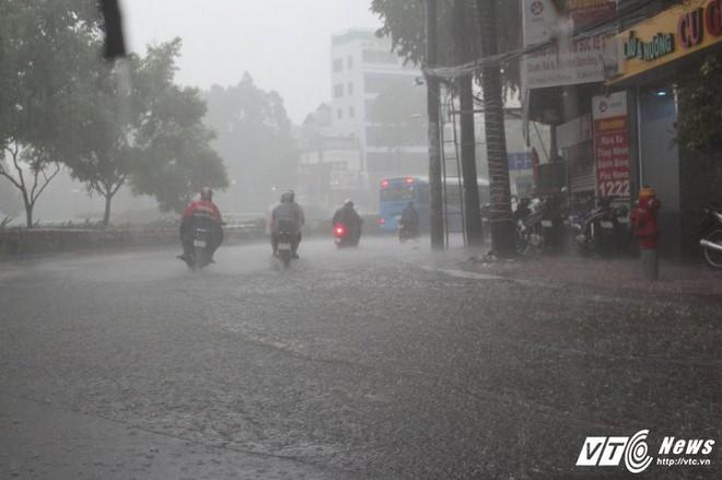 Mưa trắng trời Sài Gòn, hàng loạt tuyến đường chìm trong biển nước - Ảnh 1.