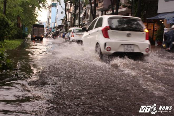 Mưa trắng trời Sài Gòn, hàng loạt tuyến đường chìm trong biển nước - Ảnh 2.