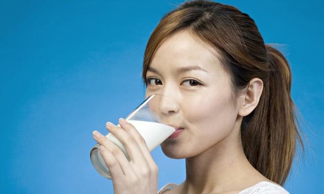 Sữa rất tốt, nhưng những cách uống sữa sai lầm sau đây lại gây hại lớn cho sức khỏe - Ảnh 2.