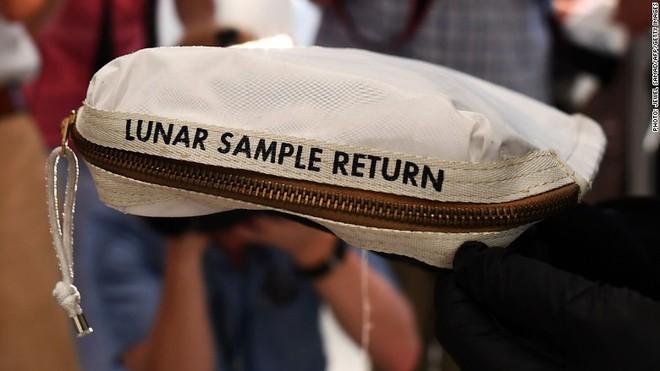 Gần 50 năm, không ngờ túi bụi trên Mặt Trăng trị giá 4 triệu USD - Ảnh 4.