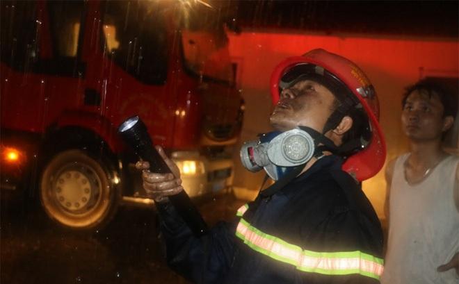 Giải cứu 7 người bị mắc kẹt trên tầng thượng trong cơn bão số 2