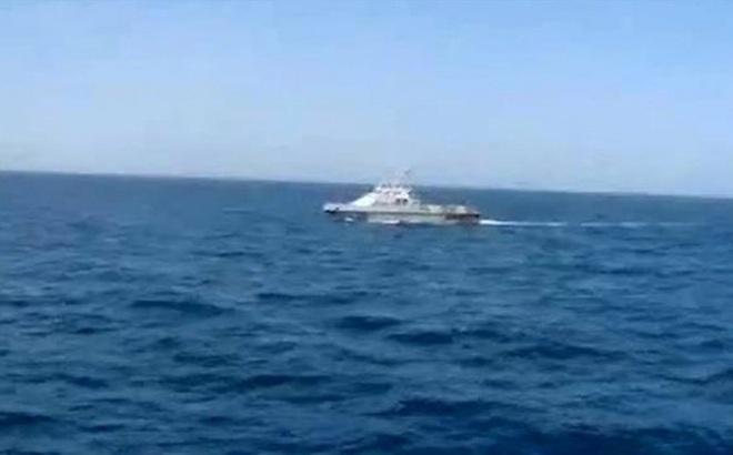 """Siêu tàu sân bay Mỹ """"hù dọa"""" tàu tuần tra Iran"""