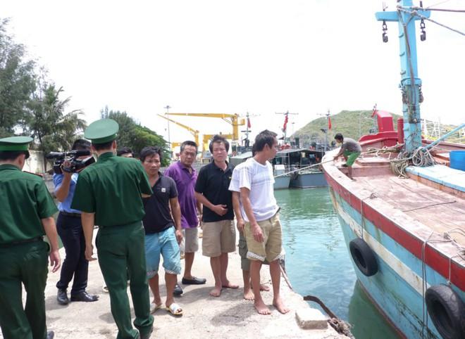 10 thuyền viên bị đắm tàu và nghĩa cử ngư dân Bình Định - Ảnh 1.