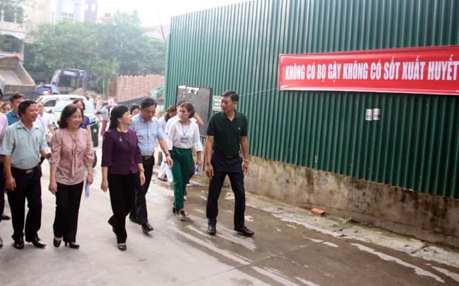 Bộ trưởng Y tế kiểm tra tại ổ dịch sốt xuất huyết Thuỵ Khê - Tây Hồ - Ảnh 2.