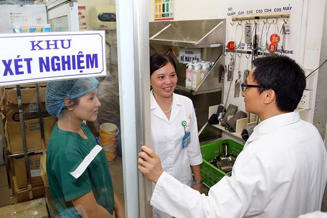Phó Thủ tướng thăm, động viên y, bác sĩ và bệnh nhân SXH - Ảnh 1.