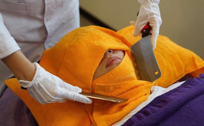 Không thể tin có cách trị bệnh bằng dao thế này, sau 2000 năm gây sốt trở lại