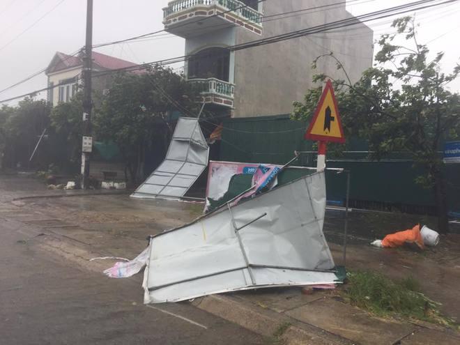 [CẬP NHẬT] Bão số 10 đang hoành hành tại Quảng Trị, gió mạnh lên từng phút - Ảnh 2.
